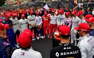 epa07602646 Formula One drivers observe a minute's silence in tribute to late Formula One legend Niki Lauda prior to 2019 Formula One Grand Prix of Monaco at the Monte Carlo circuit in Monaco, 26 May 2019.  EPA/ANDREJ ISAKOVIC / POOL
