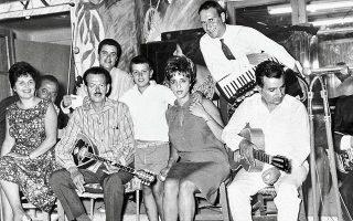 O Αντώνης Ρεπάνης (τελευταίος δεξιά με την κιθάρα) με τη Ρίτα Σακελλαρίου, τον Βασίλη Τσιτσάνη και την Πόλη Πάνου.