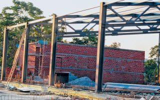 Παρότι στο Μητροπολιτικό Πάρκο στο Γουδί απαγορεύεται η ανέγερση νέων κτιρίων και η επέκταση υφιστάμενων, σε χώρο που έχει παραχωρηθεί από το Ταμείο Εθνικής Αμυνας ανεγείρεται μεγάλο κτίριο με σιδηροκατασκευή.