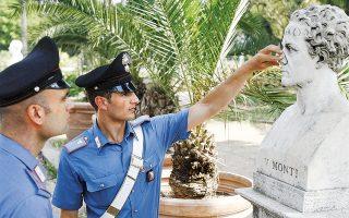 Καραμπινιέροι παρατηρούν προτομή που έχει υποστεί ζημιές στο πάρκο Πίντσο της Ρώμης. Η σύγχρονη λεηλασία των μνημείων της Αιώνιας Πόλης από τουρίστες-βανδάλους υποχρέωσε τη δήμαρχο της Ρώμης, Βιρτζίνια Ράτζι, να ζητήσει τον διά βίου αποκλεισμό από την πόλη όσων τουριστών συλλαμβάνονται να προξενούν ζημιές σε μνημεία. Μόνο την τελευταία εβδομάδα, τρεις τουρίστες συνελήφθησαν να χαράσσουν τα αρχικά τους στα μάρμαρα του Κολοσσαίου.
