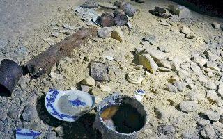 Σπασμένα πιάτα και άλλα απομεινάρια της ζωής των Γάλλων αμάχων παραμένουν στο υπόγειο λατομείο όπου είχαν καταφύγει στις 6 Ιουνίου 1944.