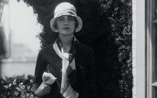 Η Λι Μίλερ όταν ακόμη βρισκόταν μπροστά στον φακό, εν προκειμένω του Έντουαρντ Στάιχεν, για τις ανάγκες μιας φωτογράφισης μόδας το 1928. © Edward Steichen/Condé Nast via Getty Images/Ideal Image