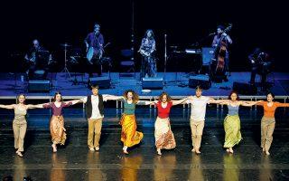 Οι τραγουδιστές και οι χορευτές του συγκροτήματος Encardia.