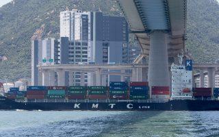 Η σχέση ΗΠΑ - Κίνας εκτροχιάστηκε ακόμη περισσότερο τις δύο τελευταίες εβδομάδες, μετά μια περίοδο που φαινόταν πως υπάρχει συνεχής πρόοδος για την επίτευξη μιας ομολογουμένως περιορισμένης συμφωνίας, τονίζουν σε εκθέσεις προς τους πελάτες τους διεθνείς επενδυτικοί οίκοι.