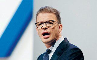 O διευθύνων σύμβουλος της Deutsche Bank, Κρίστιαν Ζέβινγκ (φωτ.), υποσχέθηκε στους μετόχους «μεγάλες περικοπές» στην επενδυτική τραπεζική, ιδιαίτερα στις μονάδες διαπραγμάτευσης μετοχών στη Νέα Υόρκη και στο Λονδίνο.