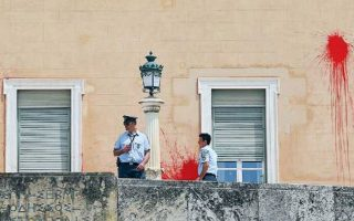 Η απεργία πείνας του Δημήτρη Κουφοντίνα και οι αλλεπάλληλες βιαιοπραγίες υποστηρικτών του σε Αθήνα και Θεσσαλονίκη, με καταδρομικές επιθέσεις και βανδαλισμούς ακόμα και του ελληνικού Κοινοβουλίου (φωτ.), έδωσαν την εντύπωση ότι η Δικαιοσύνη έσπευσε να αποφανθεί υπό καθεστώς πίεσης... REUTERS/COSTAS BALTAS