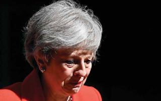 Η Τερέζα Μέι δεν μπορεί να συγκρατήσει τα δάκρυά της όταν ανακοινώνει ότι θα παραιτηθεί από την ηγεσία των Συντηρητικών λόγω της αποτυχίας της να δρομολογήσει το Brexit.