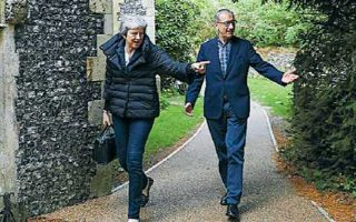 H Tερέζα Μέι με τον σύζυγό της κατά την πρόσφατη επίσκεψή τους στo Σόνινγκ. Στους κόλπους των Συντηρητικών αυξάνονται τα στελέχη που θέλουν να της δείξουν την έξοδο από το κόμμα. REUTERS/SIMON DAWSON
