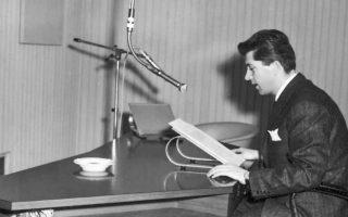 Ο Παύλος Μπακογιάννης στο στούντιο της Βαυαρικής Ραδιοφωνίας. Η χούντα έκανε πολλά διαβήματα προς την ηγεσία του σταθμού για την αποπομπή του.