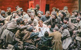 Σκηνή από την Α΄πράξη της όπερας. Στη φωτογραφία η Σοφία Κυανίδου ως Ακσίνια, ο Σεργκέι Σεμισκούρ ως Σεργκέι και η χορωδία της ΕΛΣ. ΑΝΔΡΕΑΣ ΣΙΜΟΠΟΥΛΟΣ