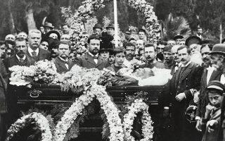 Νικόλαος Μπίρκος. Αναμνηστική φωτογραφία κηδείας. Στην κεφαλή του φερέτρου ο λοχαγός Μηχανικού Σπυρίδων Μπεράτης, πατέρας του συγγραφέα Γιάννη Μπεράτη. Αθήνα, περ. 1895. Από τον τόμο «Το τελευταίο πορτρέτο» (ΜΙΕΤ).