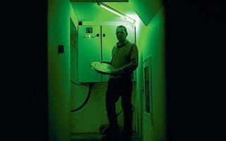 Ο Αγγελος Σεμελάς, μηχανικός προβολής στον κινηματογράφο Αστορ, είναι γνώστης μιας τέχνης που τείνει να εξαφανιστεί μαζί με τις μπομπίνες. ΘΑΛΕΙΑ ΓΑΛΑΝΟΠΟΥΛΟΥ