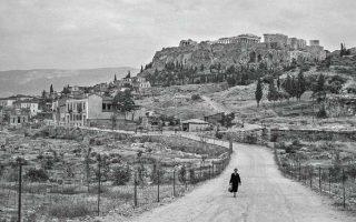 Η Ακρόπολη από την Αρχαία Αγορά. Φωτογραφία του Ρόμπερτ Μακέιμπ τη δεκαετία του '50. Η έκθεση-αφιέρωμα του Μακέιμπ «Χρονογραφία. Εκθεση για τα 180 χρόνια (1837-2017) της Αρχαιολογικής Εταιρείας» παρατείνεται έως τα τέλη του 2019 στην έδρα της, Πανεπιστημίου 22.