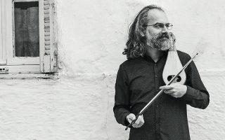 Ο Σωκράτης Σινόπουλος μετασχηματίζει την ελληνική παράδοση σε τζαζ. Το αναφιλητό της λύρας του σφραγίζει τις ηχογραφήσεις της Ελένης Καραΐνδρου.