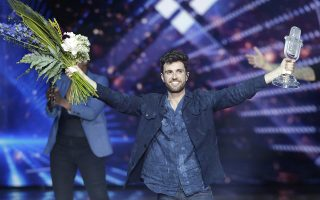 epaselect epa07583012 Winner of the 2019 Eurovision Song Contest Duncan Laurence of The Netherland poses with his trophy at the end of the Grand Final of the 64th annual Eurovision Song Contest (ESC) at the Expo Tel Aviv, in Tel Aviv, Israel, 18 May 2019.  EPA/ABIR SULTAN