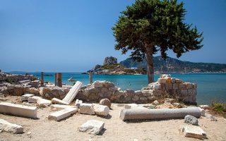 Οι παλαιοχριστιανικές βασιλικές του Αγίου Στεφάνου στην ομώνυμη παραλία, με θέα τη νησίδα Καστρί. (Φωτογραφία: ΟΛΓΑ ΧΑΡΑΜΗ)
