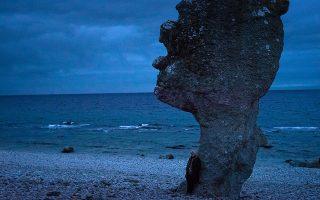 Η σκηνοθέτις Μαργκαρέτε φον Τρότα επισκέπτεται εμβληματικές τοποθεσίες από τις ταινίες του Μπέργκμαν, όπως η παραλία της «Εβδομης σφραγίδας».