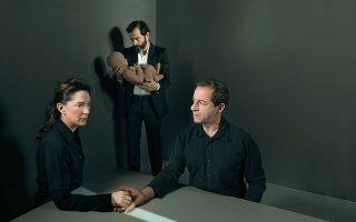 Η Αμαλία Μουτούση (Ιοκάστη), ο Δημήτρης Λιγνάδης (Οιδίποδας) και ο σκηνοθέτης της παράστασης, Κωνσταντίνος Μαρκουλάκης, με ένα πήλινο μωρό, που αποτελεί κεντρικό στοιχείο της σκηνογραφίας της παράστασης – από τον Πάρι Μέξη. Φωτογραφίες: Κωστής Σωχωρίτης