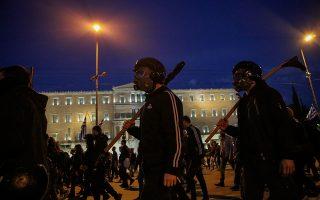 Διαδηλωτές για να χορηγηθεί νέα άδεια στον Δημήτρη Κουφοντίνα περνούν έξω από τη Βουλή. Εδώ και μέρες, συμπαθούντες τον καταδικασμένο τρομοκράτη της «17 Νοέμβρη» προέβαιναν σε απειλές, επεισόδια και βανδαλισμούς, προκειμένου το αίτημά του να γίνει δεκτό.