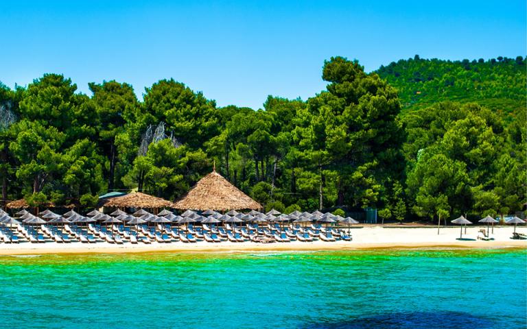 Δεύτερη η Ελλάδα παγκοσμίως σε Γαλάζιες Σημαίες – Δείτε όλες τις βραβευμένες παραλίες