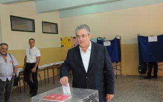 Ο ΓΓ του ΚΚΕ Δημήτρης  Κουτσούμπας ασκεί το εκλογικό του δικαίωμα για τις Βουλευτικές Εκλογές 2015, σε εκλογικό τμήμα στο 2ο Γυμνάσιο Νέας Ιωνίας, Κυριακή 20 Σεπτεμβρίου 2015. Ομαλά και χωρίς ιδιαίτερα προβλήματα διεξάγεται από τις 7 το πρωί η εκλογική διαδικασία. Οι κάλπες κλείνουν στις 7 το απόγευμα, ενώ πρώτη ασφαλή εκτίμηση του αποτελέσματος θα έχουμε λίγο μετά τις 9 καθώς τότε υπολογίζεται ότι θα έχει καταμετρηθεί το 10% των ψήφων της επικράτειας.. ΑΠΕ-ΜΠΕ/ΑΠΕ-ΜΠΕ/ΜΑΝΩΛΗΣ ΠΑΚΙΑΣ