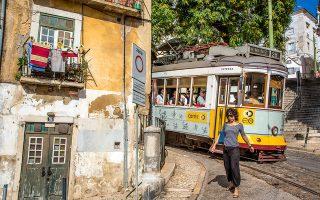 Οι δρόμοι της Alfama είναι από τους πιο γραφικούς της Λισαβόνας. (Φωτογραφία: Monica Gumm/laif)