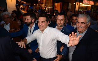 Ο πρωθυπουργός και πρόεδρος του ΣΥΡΙΖΑ, Αλέξης Τσίπρας, χαιρετάει τον κόσμο κατά την άφιξή του και λίγο πριν την ομιλία του, σε ανοιχτεί προεκλογική συγκέντρωση, στην κεντρική πλατεία της Λάρισας, την Τρίτη 21 Μαΐου 2019. ΑΠΕ-ΜΠΕ/ΑΠΕ-ΜΠΕ/ΑΠΟΣΤΟΛΗΣ ΝΤΟΜΑΛΗΣ