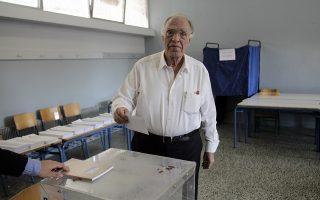 Ο πρόεδρος της Ένωσης Κεντώων Βασίλης Λεβέντης ασκεί το εκλογικό του δικαίωμα για τις Βουλευτικές Εκλογές 2015 στο 3ο Γυμνάσιο Περιστερίου, την Κυριακή 20 Σεπτεμβρίου 2015. Ομαλά και χωρίς ιδιαίτερα προβλήματα διεξάγεται από τις 7 το πρωί η εκλογική διαδικασία. Οι κάλπες κλείνουν στις 7 το απόγευμα, ενώ πρώτη ασφαλή εκτίμηση του αποτελέσματος θα έχουμε λίγο μετά τις 9 καθώς τότε υπολογίζεται ότι θα έχει καταμετρηθεί το 10% των ψήφων της επικράτειας.. ασκεί το εκλογικό του δικαίωμα για τις Βουλευτικές Εκλογές 2015. ΑΠΕ ΜΠΕ/ΑΠΕ ΜΠΕ/ΑΛΕΞΑΝΔΡΟΣ ΒΛΑΧΟΣ