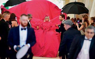 Η εμφάνιση της Lady Gaga στο κόκκινο χαλί του Met Gala με θέμα το camp άφησε τους πάντες άφωνους. Η τουαλέτα της φωτογραφίας είναι απλώς το πρώτο από τα τέσσερα στάδια του συνόλου της, καθένα από τα οποία αποκαλυπτόταν από κάτω αφού έβγαζε το προηγούμενο.
