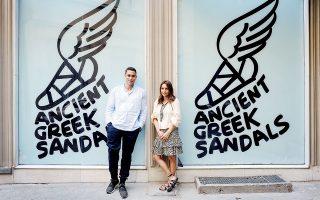 Ο Νικόλας Μίνογλου και η Χριστίνα Μαρτίνη, ιδρυτές του ελληνικού brand, έξω από το νέο κατάστημα  στην οδό Κολοκοτρώνη. ©Μανώλης Τσάφος