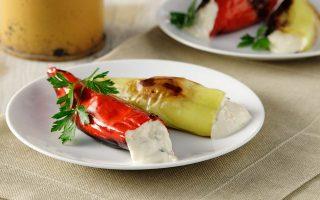 Η τυροκαυτερή μέσα σε ψητές πιπεριές (Φωτογραφία: Γιώργος Δρακόπουλος)