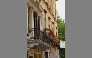 Στην οδό Μπενιζέλου Παλαιολόγου, που οδηγεί στη Μητρόπολη, σώζονται νεοκλασικές προσόψεις.