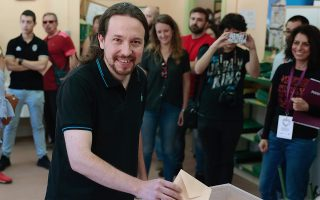 epa07601937 Pablo Iglesias (C), Spanish Unidas Podemos (United We Can) party leader, casts his ballots for local, regional and European Parliament elections at a polling station in Madrid, Spain, 26 May 2019. Spain holds locals, regional and European Parliament elections. The European Parliament election is held by member countries of the European Union (EU) from 23 to 26 May 2019.  EPA/ANGEL DIAZ