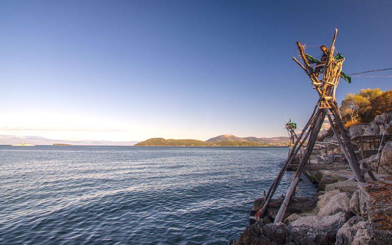 Mέλη του αλιευτικού συνεταιρισμού ψαρεύουν με το περίφημο νταλιάνι στην περιοχή Λασκάρα. (Φωτογραφία: ΚΛΑΙΡΗ ΜΟΥΣΤΑΦΕΛΛΟΥ)