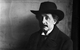Ο Αλμπερτ Αϊνστάιν φωτογραφημένος τον Ιανουάριο του 1921. Δύο χρόνια πριν, το 1919, αποδείχθηκε, μέσω ηλιακής έκλειψης, η γενική θεωρία της σχετικότητας που είχε δημοσιεύσει το 1915.
