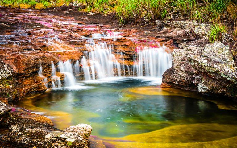 Το πολύχρωμο ποτάμι «που το έσκασε από τον παράδεισο» (βίντεο – φωτογραφίες)