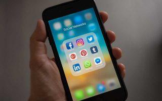 ta-social-media-echoyn-poly-mikri-epidrasi-stin-eytychia-ton-neon-anthropon0