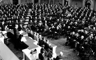 O πρόεδρος Φραγκλίνος Ντελάνο Ρούσβελτ απευθύνεται στο Κογκρέσο (6 Ιανουαρίου 1942) με αφορμή την κήρυξη του πολέμου κατά του Αξονα. Περίπου 16 εκατομμύρια Αμερικανών υπηρέτησαν στις ένοπλες δυνάμεις, εκ των οποίων 2 εκατομμύρια στην Ευρώπη.