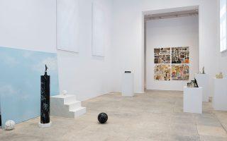 Aπό αριστερά, το έργο της Χάριτος Επαμεινώνδα «#01 g/j» (2018), στο βάθος τα τέσσερα έργα της Ρένας Παπασπύρου «Small Sampler from the Urban Landscapes» (1979, 2018-19), αριστερά και δεξιά στις βάσεις τα τέσσερα έργα της Σιμόν Φάταλ, «Broken Temple» (2018) και «Pyreus» (2018).