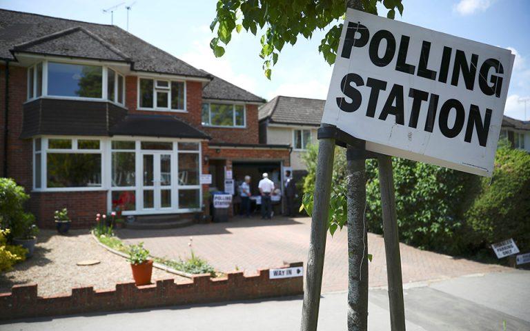 Ευρωεκλογές: Σε γκαράζ, παμπ και αεροδρόμια ψηφίζουν Βρετανοί και Ολλανδοί (φωτογραφίες)