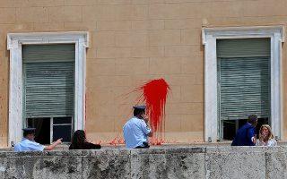Αστυνομικοί της φρουράς της Βουλής έχουν συγκεντρωθεί στο προάυλιο της Βουλής στο σημείο που λίγο νωρίτερα άγνωστοι πέταξαν δοχεία με κόκκινη μπογιά, Αθήνα Τρίτη 21 Μαίου 2019. Την ευθύνη για την ενέργεια ανέλαβε η αναρχική ομάδα Ρουβίκωνας σε ένδειξη συμπαράστασης στον κατάδικο απεργό πείνας Δημήτρη Κουφοντίνα. ΑΠΕ-ΜΠΕ/ΑΠΕ-ΜΠΕ/ΟΡΕΣΤΗΣ ΠΑΝΑΓΙΩΤΟΥ