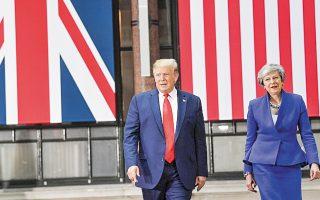 Μια «καταπληκτική» συμφωνία ελεύθερου εμπο- ρίου με τις ΗΠΑ υποσχέθηκε στους Βρετανούς ο Ντόναλντ Τραμπ εάν εγκαταλείψουν την Ε.Ε. στη χθεσινή συνάντησή του με την Τερέζα Μέι. Ο Αμερικανός πρόεδρος εγκωμίασε ξανά τον οπαδό του σκληρού Brexit Μπόρις Τζόνσον και αποδοκίμασε τον ηγέτη των Εργατικών, Τζέρεμι Κόρμπιν. Παρά τη μεγαλοπρεπή φιλοξενία που του επιφύλαξε, η βασίλισσα Ελισάβετ δεν παρέλειψε να του υπενθυμίσει τον αναντικατάστατο ρόλο των θεσμών διεθνούς συνεργασίας.