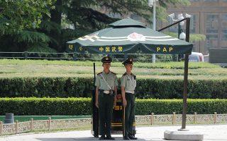 Υπό την επιτήρηση αστυνομικών βρισκόταν, χθες, η αχανής πλατεία Τιενανμέν στο κέντρο του Πεκίνου.