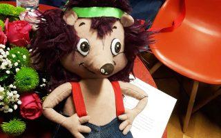 Το πρόγραμμα απευθύνεται σε παιδιά 5 έως 8 ετών και ο κεντρικός ήρωας είναι ένα σκαντζοχοιράκι, ο Φρίξος.