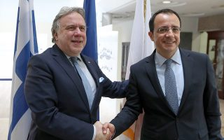 Ο υπουργός Εξωτερικών Γιώργος Κατρούγκαλος (αριστερά) ανταλλάσσει χειραψία με τον Κύπριο ομόλογο του  Νίκο Χριστοδουλίδη.