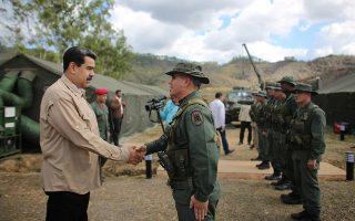 Ο πρόεδρος Νικολάς Μαδούρο συγχαίρει τον υπουργό Αμυνας Βλαντιμίρ Παντρίνο στο Καράκας.
