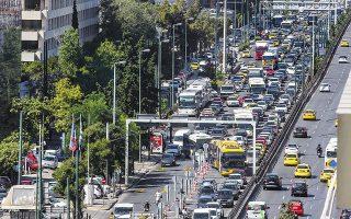 Υπαίθρια... έκθεση αυτοκινήτων θυμίζει η λεωφόρος Συγγρού. Αιτία, η απόφαση της Περιφέρειας Αττικής να προχωρήσει από χθες και για 15 ημέρες σε εργασίες αποκατάστασης στο οδόστρωμα, που απαιτούν τη διακοπή κυκλοφορίας των οχημάτων στις δύο δεξιές λωρίδες της Λ. Συγγρού, από το ύψος της συμβολής της με την οδό Καλλιρρόης έως τη συμβολή της με την οδό Αμβρ. Φραντζή, στο ρεύμα προς Αθήνα.