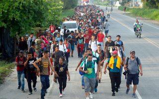 Μετανάστες από χώρες της Κεντρικής Αμερικής βαδίζουν σε λεωφόρο κοντά στη Σιουδάδ Ιδάλγο του Μεξικού.