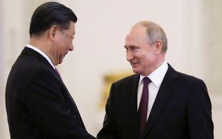 Ο Ρώσος πρόεδρος Πούτιν υποδέχεται τον Κινέζο ομόλογό του Σι στο Κρεμλίνο.