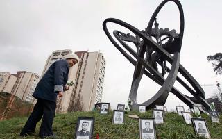 Γυναίκα καταθέτει λουλούδια στη μνήμη των νεκρών του Τσέρνομπιλ. (REUTERS/Gleb Garanich)
